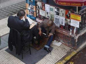 Engraxate em ação em Buenos Aires; Boa parte dos calçados que passam por suas mãos vem da China ou do Brasil
